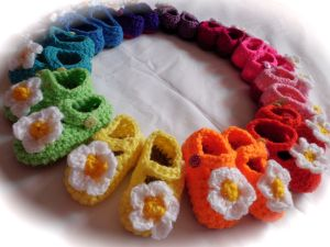 Crochet baby shoes daisy rainbow