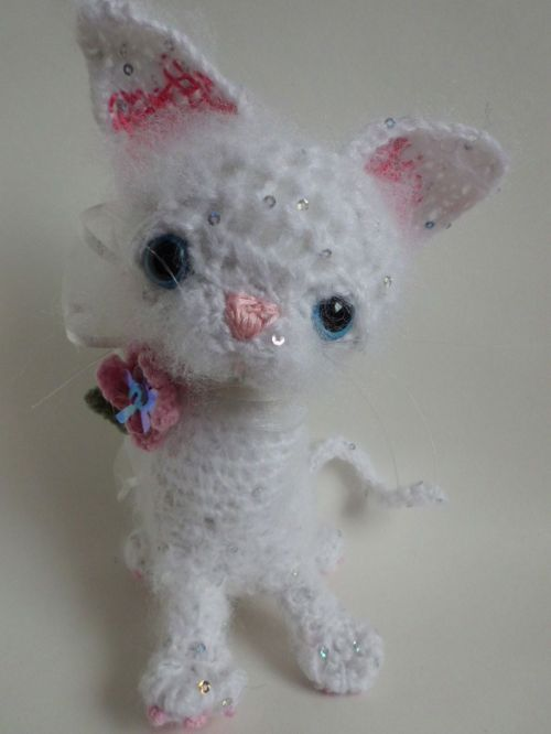 white crochet kitten